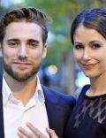 Amanda Crew and Dustin Milligan