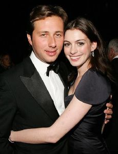 Anne Hathaway breaks up with her embezzling boyfriend
