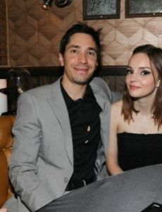 Lauren Mayberry started dating Justin Long in November 2016