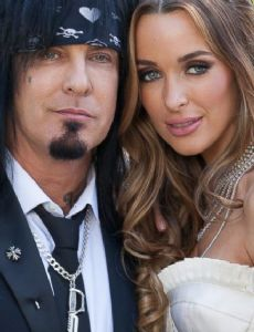 Who is dating nikkisixx