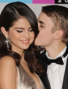 Is justin bieber dating ariana grande