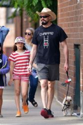 Hugh Jackman: NY dog walk