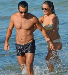 Aaron Diaz and Lola Ponce: beach time