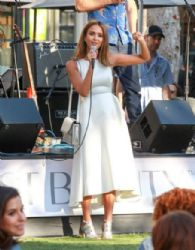 Jessica Alba at the Honest Store Promotion at The Grove
