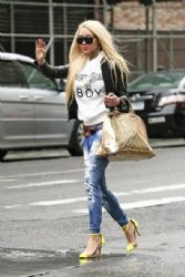 Amanda Bynes stops traffic with her bright yellow heels as she hails a cab in New York City