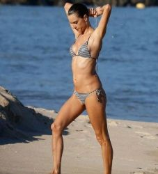 Alessandra Ambrosio: beach look