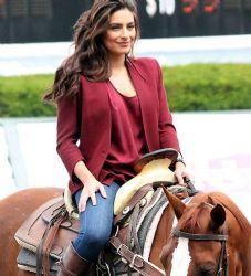 Ana Brenda Contreras: horse riding