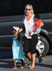 Charlize Theron: airport look