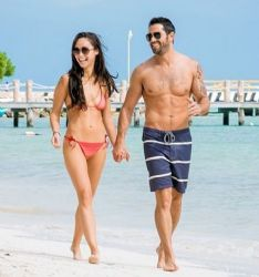 Jesse Metcalfe and his fiancee Cara Santana were spotted vacationing over the holidays at the Villa del Palmar in Cancun