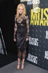 Nicole Kidman In  Off-White Dress – 2017 CMT Music Awards