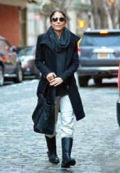 Bethenny Frankel waves to the photographers while out running errands in New York City