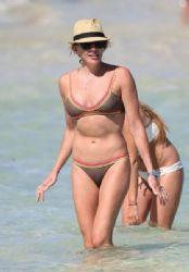 Katie Cassidy: beach look