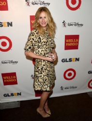 Julia Roberts poses backstage with the GLSEN Respect Humanitarian Award during