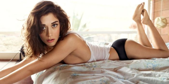 lizzy caplan dating Known for her roles in films like 'cloverfield','mean girls' and television series 'masters of sex' lizzy caplan net worth is considerably huge she recent.